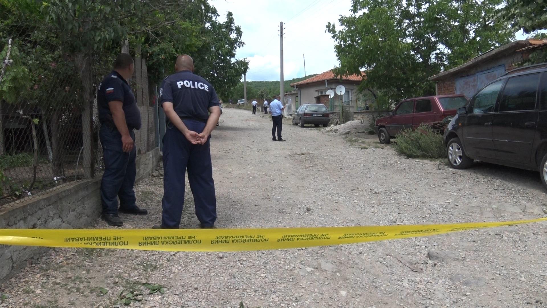 Двойно убийство е било извършено в хасковското село Козлец. Инцидентът е станал около 09.30 часа сутринта. Застреляни са 44-годишна жена и 48-годишния ѝ съсед. Задържан е извършителят - 45-годишен мъж, с когото жената е живеела на семейни начала. Според първоначалните неофициални данни убиецът си внушавал, че жена му и съседът му са любовници. Пушката, с която са застреляни, е законно притежавана.  Жената е убита в дома им, а съседът - пред неговия дом.