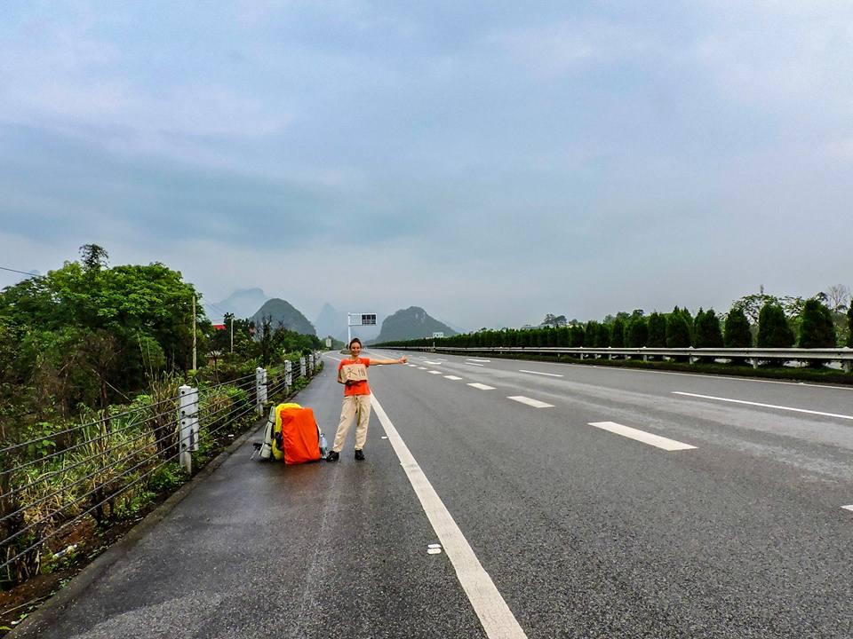 Пътешествениците пътуват по суша и вода, с най-различни превозни средства, но винаги на автостоп.