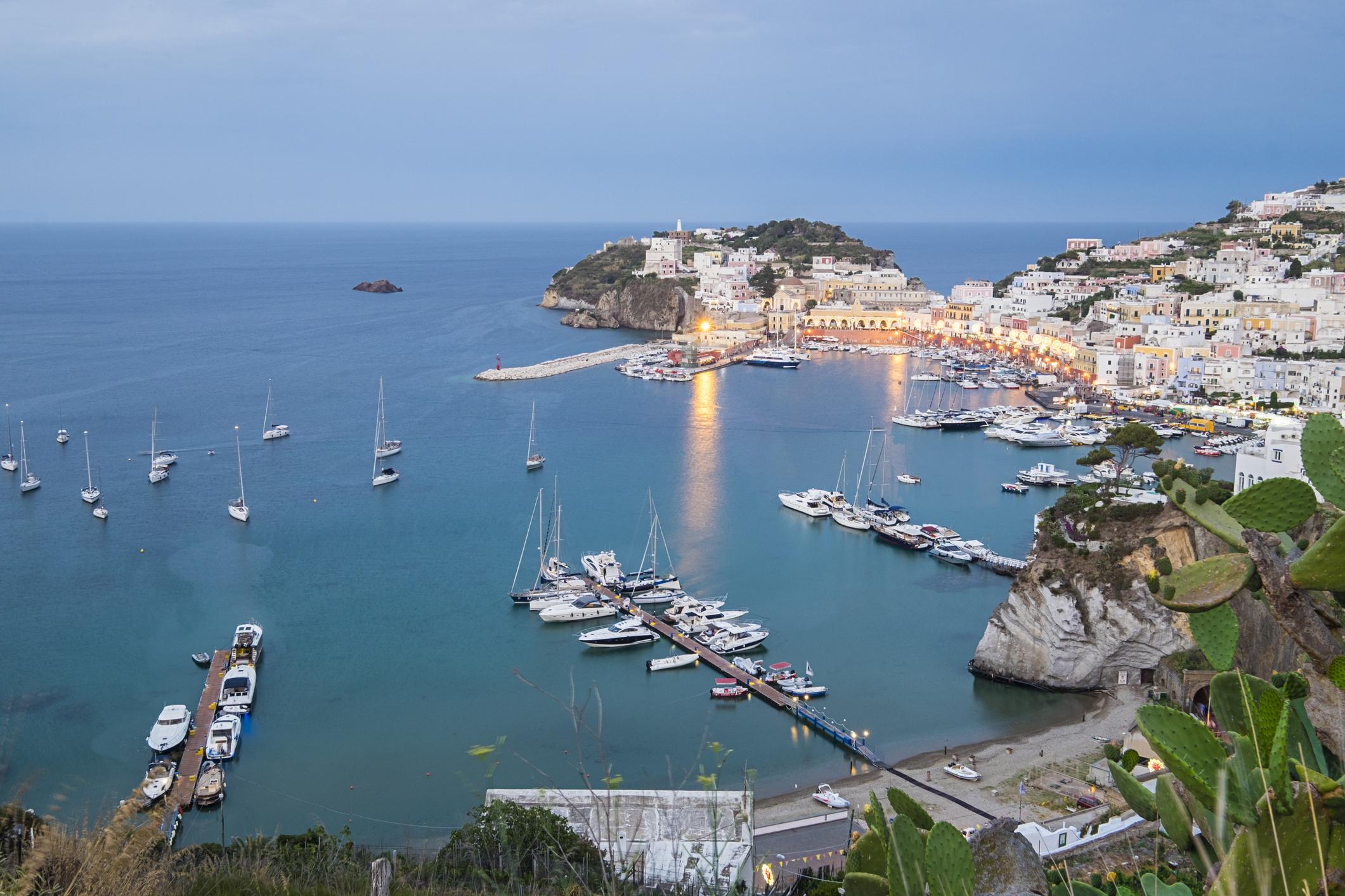 Понца, Италия -красив, вулканичен остров в Тиренско море съсспокойна и непретенциознаатмосфера.
