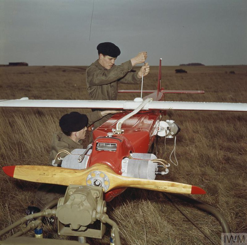 SDI дрон, който се използва и днес, е първият от семейството нови безпилотни самолети, закупени от Британската армия, с цел да се разшири наблюдението по бойното поле и да се открият нови цели за обстрел. Снимката изобразява предварителен преглед на дрон.<br /> Заснета е през 1962 г. в Ларкхил, Англия.