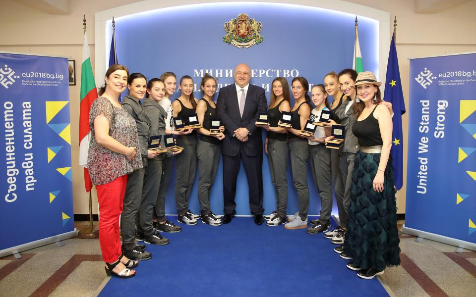 Министър Кралев награди медалистките от  Европейското по художествена гимнастика