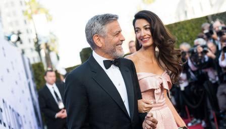 Джордж и Амал Клуни помагат на децата на мигранти