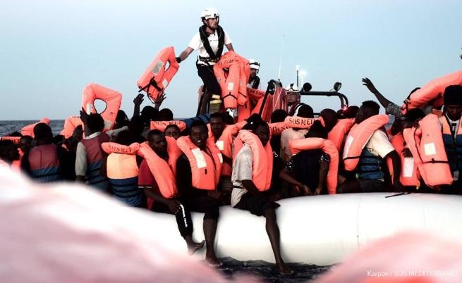 Криза в Средиземно море: Кораб със спасени мигранти няма къде да акостира