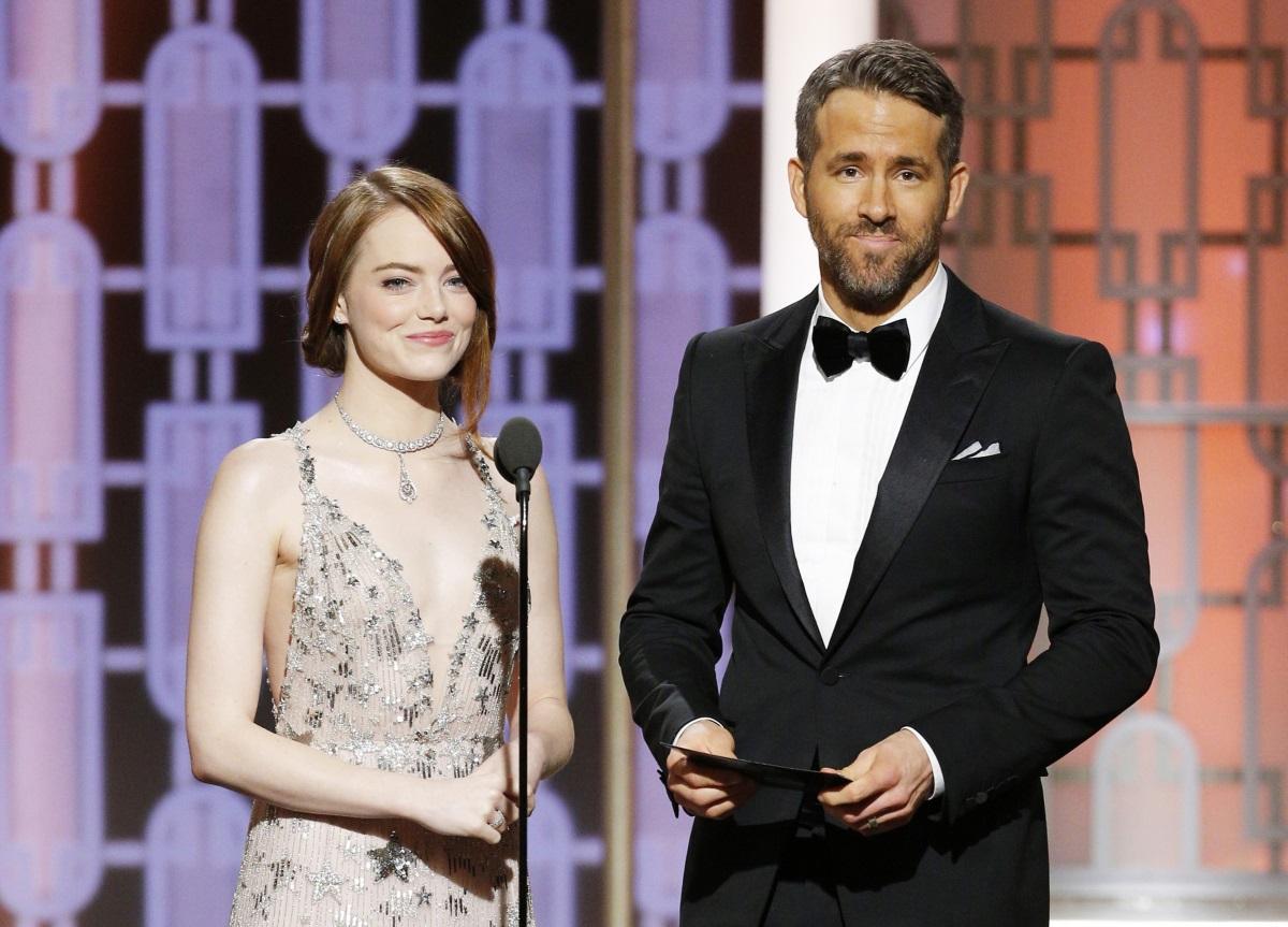 """Райън Рейнолдс на сцената с Ема Стоун на наградите """"Златен глобус"""" през 2017 г."""