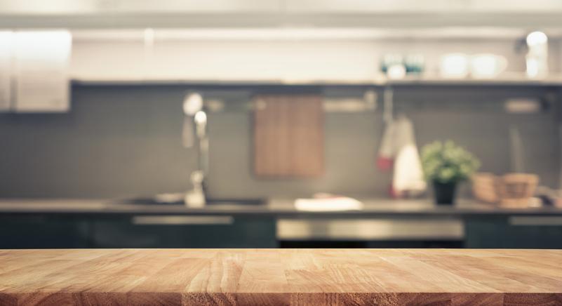 Кухненските плотове определено попадат в нашия списък. Всеки ден готвим върху тях, ето защо е важно да обърнем специално внимание на тези повърхности. Замислете се само - върху плотовете понякога си оставяме чантата или портмонето, все вещи, с които излизаме навън и използваме всекидневно на всякакви места.