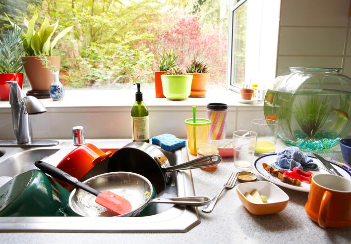 Кухненската мивка - друга област, която трябва да почистване добре с подходящ препарат. Един път в седмицата е напълно достатъчно.