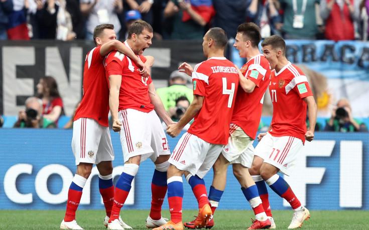 Русия влезе в историята на Мондиалите с лека уговорка