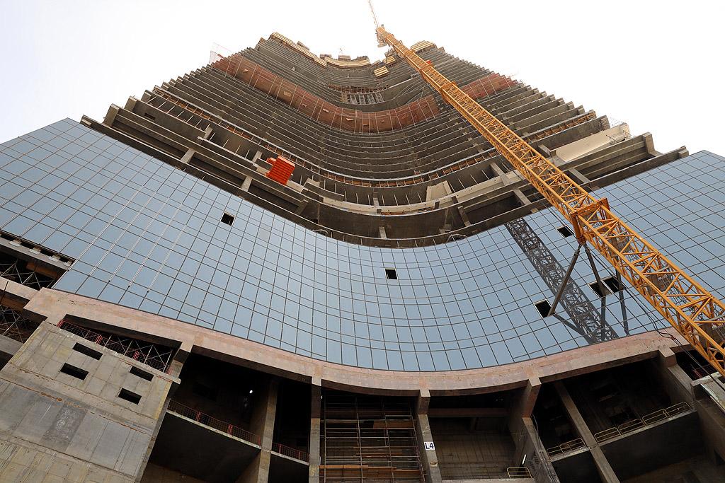 """""""Кулата на кралството"""" (Kingdom Tower) Jeddah Tower в Джеда, Саудитска Арабия, ще се издига на над 1000 м височина, а разгърнатата строителна площ е 530 хил. кв. метра. Инвестицията в застрояването на целия квартал, общо 23 хектара на брега на Червено море, се очаква да достигне 20 млрд. долара, 1,2 млрд. от които се влагат в небостъргача."""