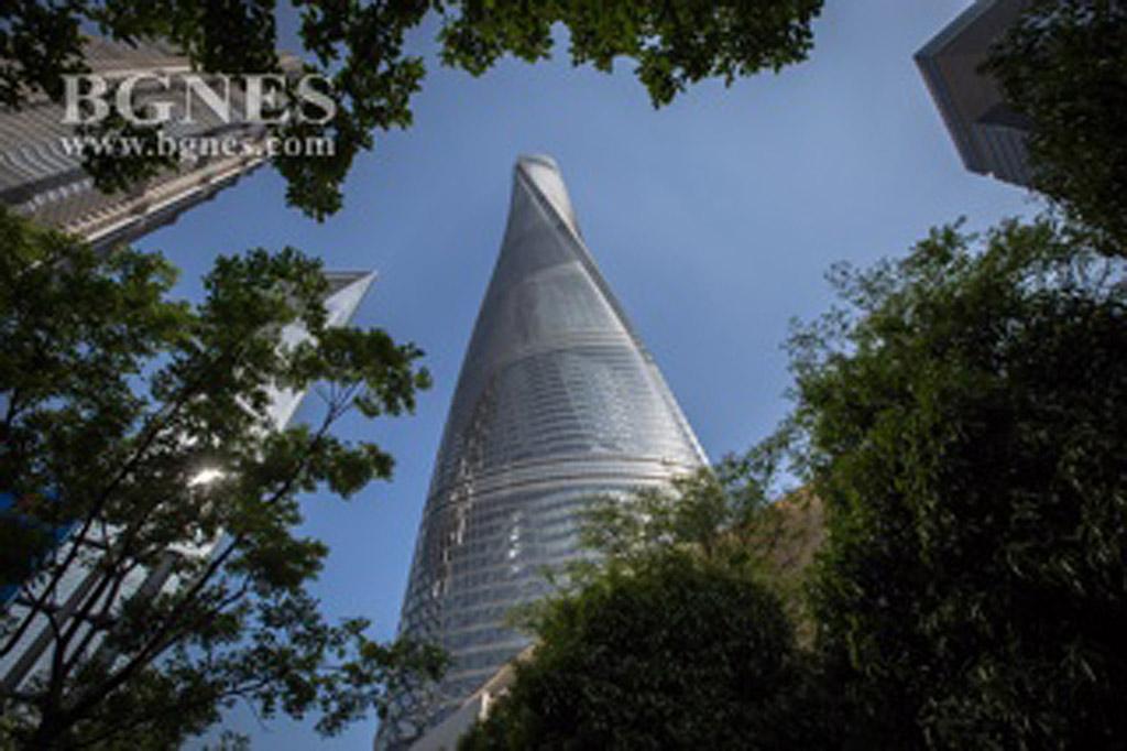 Шанхай Тауър Една от най-внушителните сгради в света, тази кула е построена за 6 години. Със своите 623 метра тя е втората по височина в света и най-високата в Китай. Площадката за наблюдение се намира на 119-тия етаж и предлага поглед към целия град и околностите.
