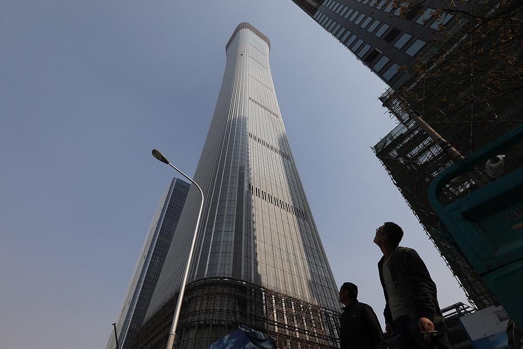 China Zun Височината на небостъргача в Пекин е 528 метра, а броят на етажите 108 надземни и 7 подземни нива. Сградата се разполага на площ от 11 500 квадратни километра, асансьорите в нея се издигат на височина 524 метра.