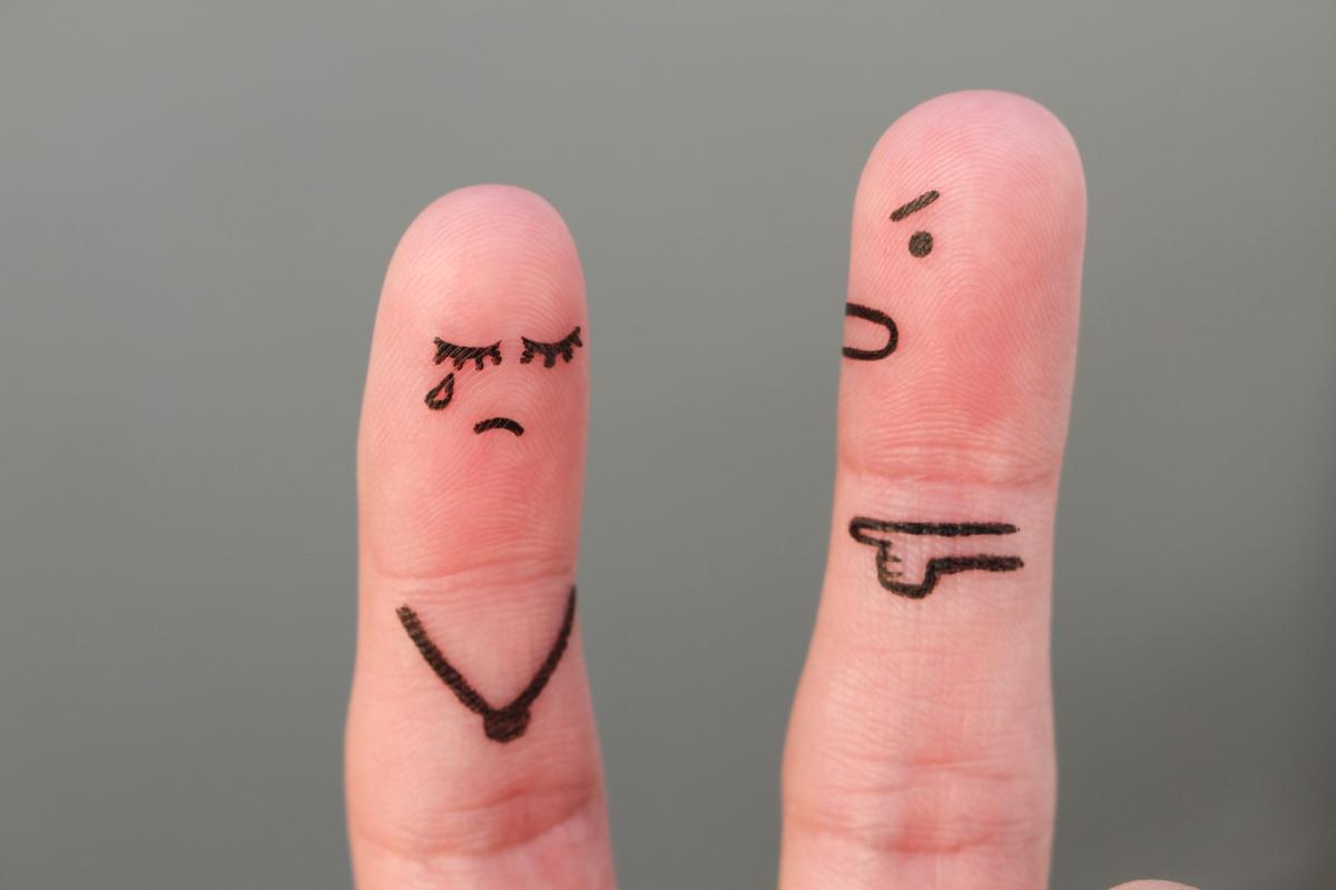 От нежелание да направи първата крачка към раздяла е възможно половинката да се заяжда без причина, като например те обвини, че ти си тази, която изневерява и иска да приключите. По този начин е вероятно да се отегчиш първа, като му спестиш неприятната част от това да сложиш край.