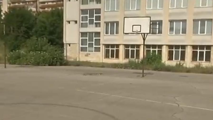 Русенско училище вдига ограда заради гонки в двора