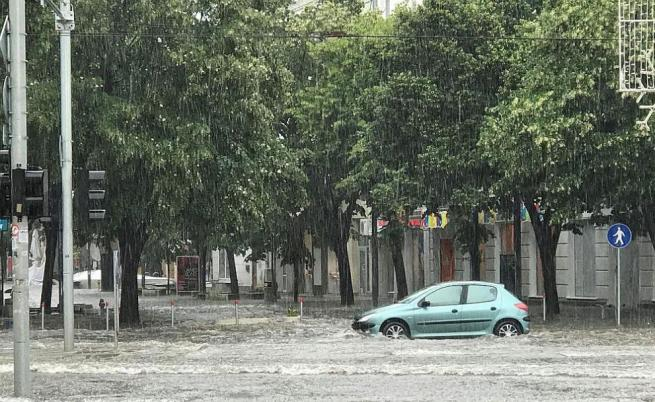 На места в центъра на Бургас улиците са наводнени