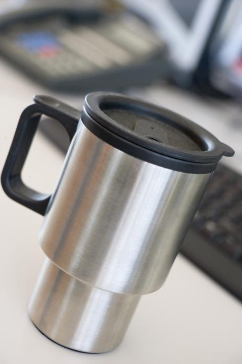 - Добре е да имате чаша за кафе с капаче, така че да не залеете клавиатурата с кофеиновата напитка.