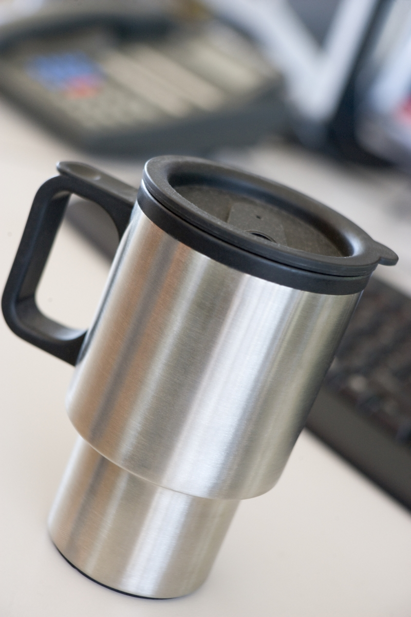Добре е да имате чаша за кафе с капаче, така че да не залеете клавиатурата с кофеиновата напитка.