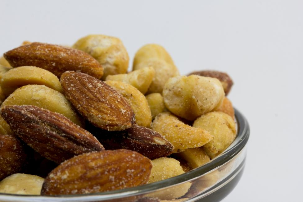 - Солените ядки: те съдържат прекалено високо ниво на мононатриев глутамат, който води до главоболие, а прекаляването причинява смяна на настроенията.