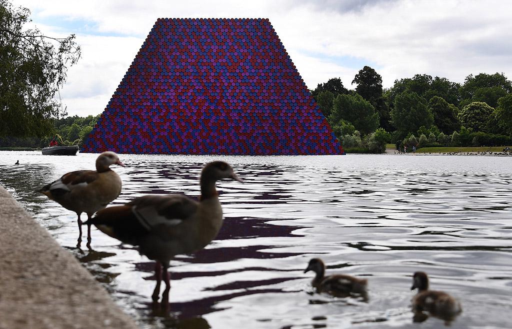 Последното творение на българина е пресечена пирамида, изградена от 7 506 варела. Инсталацията е 20 м висока, 30 м широка, 40 м дълга и ще плава в езерото Сърпентайн, Лондон. Инсталацията ще е в Хайд парк до 23 септември, а изложбата отворена до 9 септември. Цената на проекта е 4.2 млн. долара и се финансира изцяло от художника.