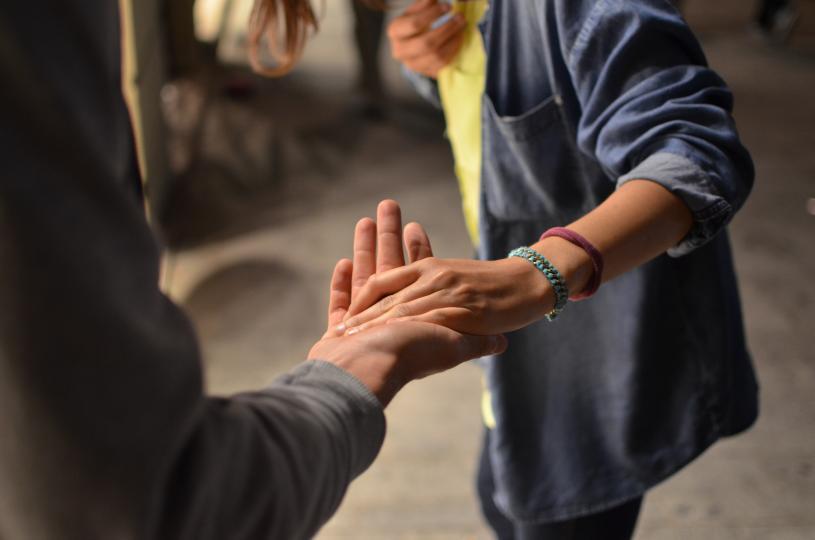 <p><em><strong>При истинската любов обичта към себе си и желанието за развитие&nbsp;</strong></em>винаги е топ приоритет. Твоят&nbsp;партньор&nbsp;трябва да е този, който иска да бъдете най-добрата си версия и да имаш най-добрите възможности да постигнеш повече в личен и професионален план. Същото важи и за твоето отношение към него.&nbsp;Вие трябва да искате най-доброто един за друг повече от всичко.&nbsp;<br /> <br /> <em><strong>В токсичната любов абсолютно целият фокус е върху самата връзка</strong></em>,&nbsp;как тя се отразява на двама ви и как ви определя тя. Там няма място за лична реализация или изграждане, защото вие двамата просто не можете да се измъкнете от оковите на постоянните разговори за вас и за вашата връзка. Това е доста негативна перспектива и определено загърбва личностното израстване.&nbsp;</p>