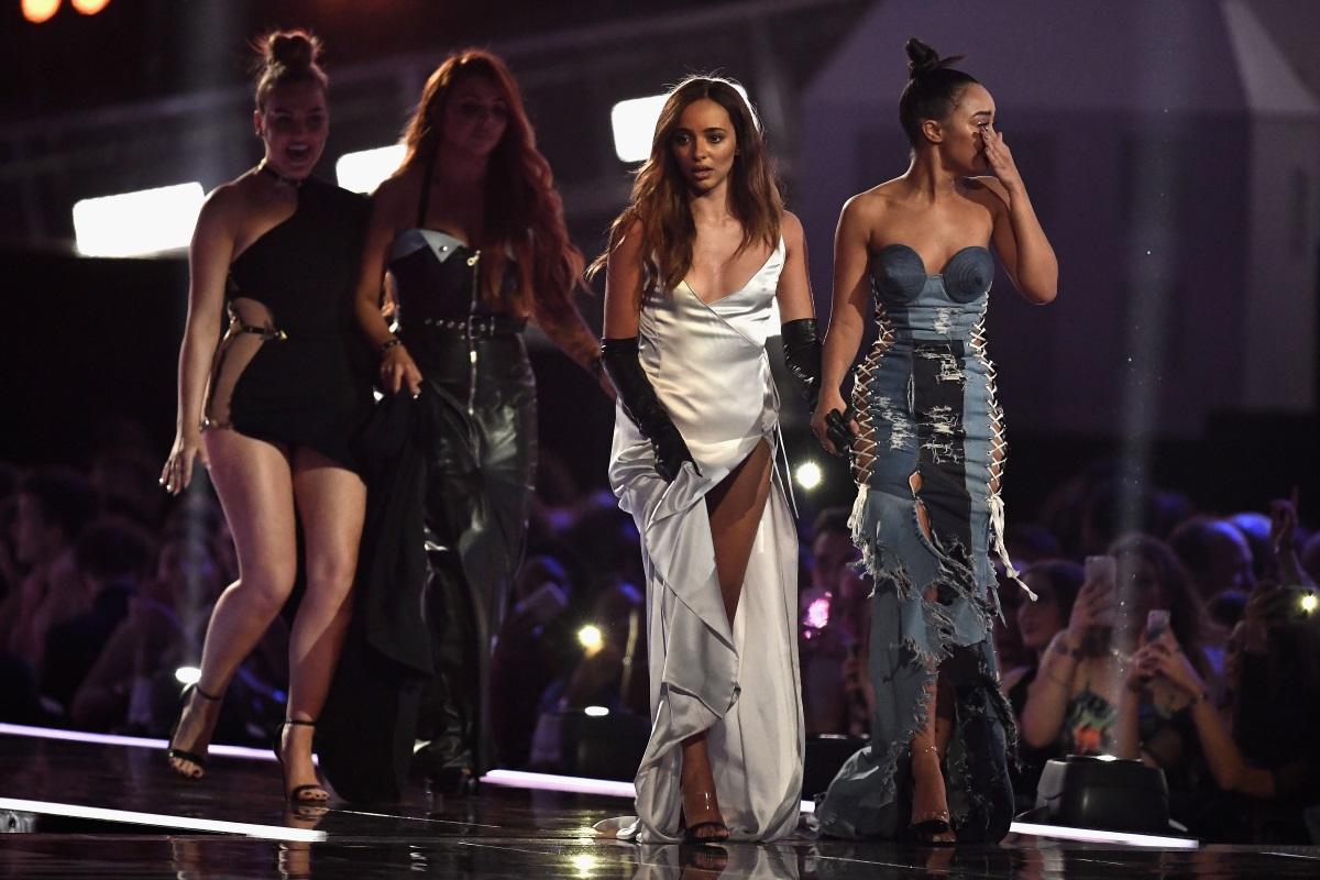 ПевицатаДжейд Тирлуал от групатаLittle Mix се появи на наградите БРИТ 2017 г. с изключително нежна и ефирна рокля от сатен. Високата цепка и голямото деколте обаче ѝ създадоха някои проблеми през вечерта.