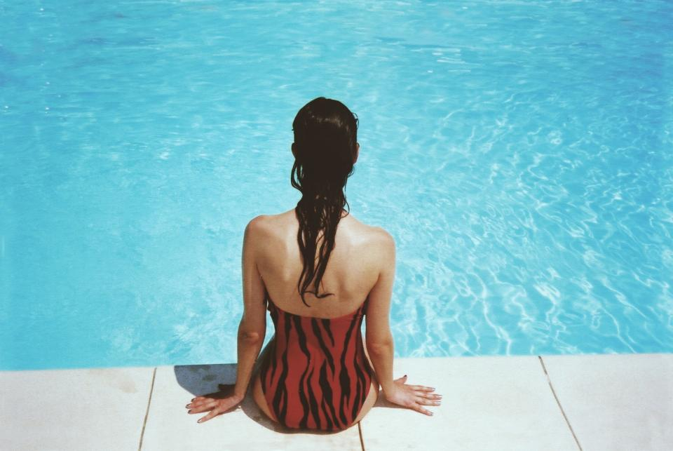 жена басейн бански плаж