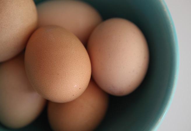 Яйца. <div>Заради бързото нагряване от микровълновата се образува пара под черупката на яйцето. Тъй като няма да има възможност да освобождаване на тази пара, яйцето ще се спука.</div>
