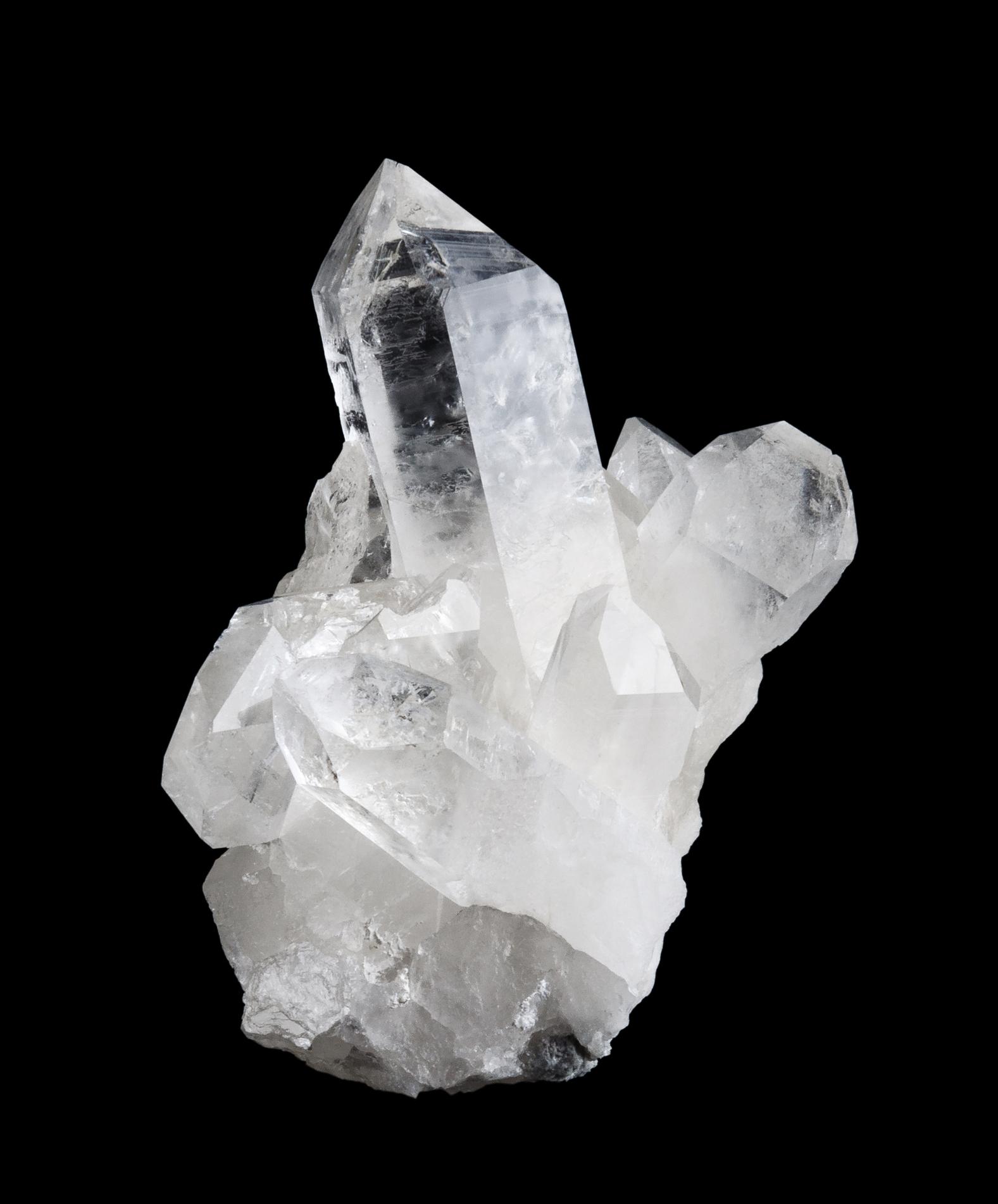 Кварц -най-разпространеният минерал наЗемята.Кварцът заема място в топ десет на скъпоценните камъни още от древността. Има различни видове кварц - Млечен кварц, Опушен, Розов и т.н. Той се възприема като кристал, който носи щастие и успех. Чудесен е за декорация в дома.