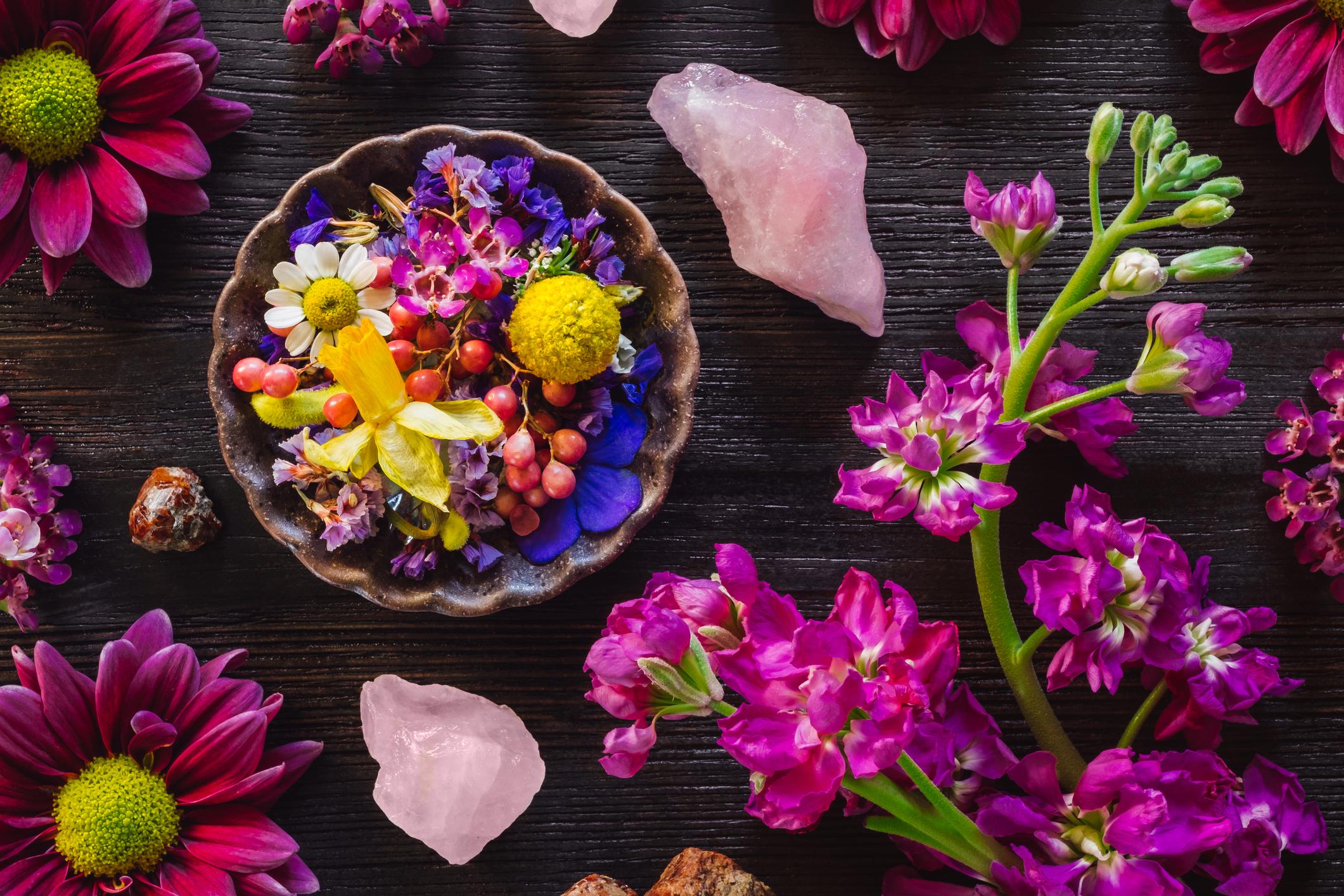 Розов кварц -притежава стъклен блясък. Своята красива окраска дължи на примесите отманганв кристалната структура.Предполага се че в древността розовият кварц е добиван вИндияиРимза изработка на украшения, както и да се използва в медицината, поради вярването че притежава лечебни свойства.