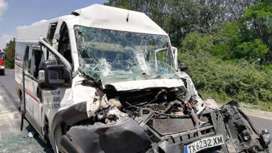 Катастрофа с бус на пътя Добрич - Варна, ранено е дете