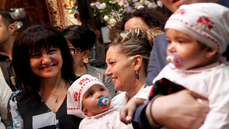 Цвета Караянчева стана кръстница на две деца