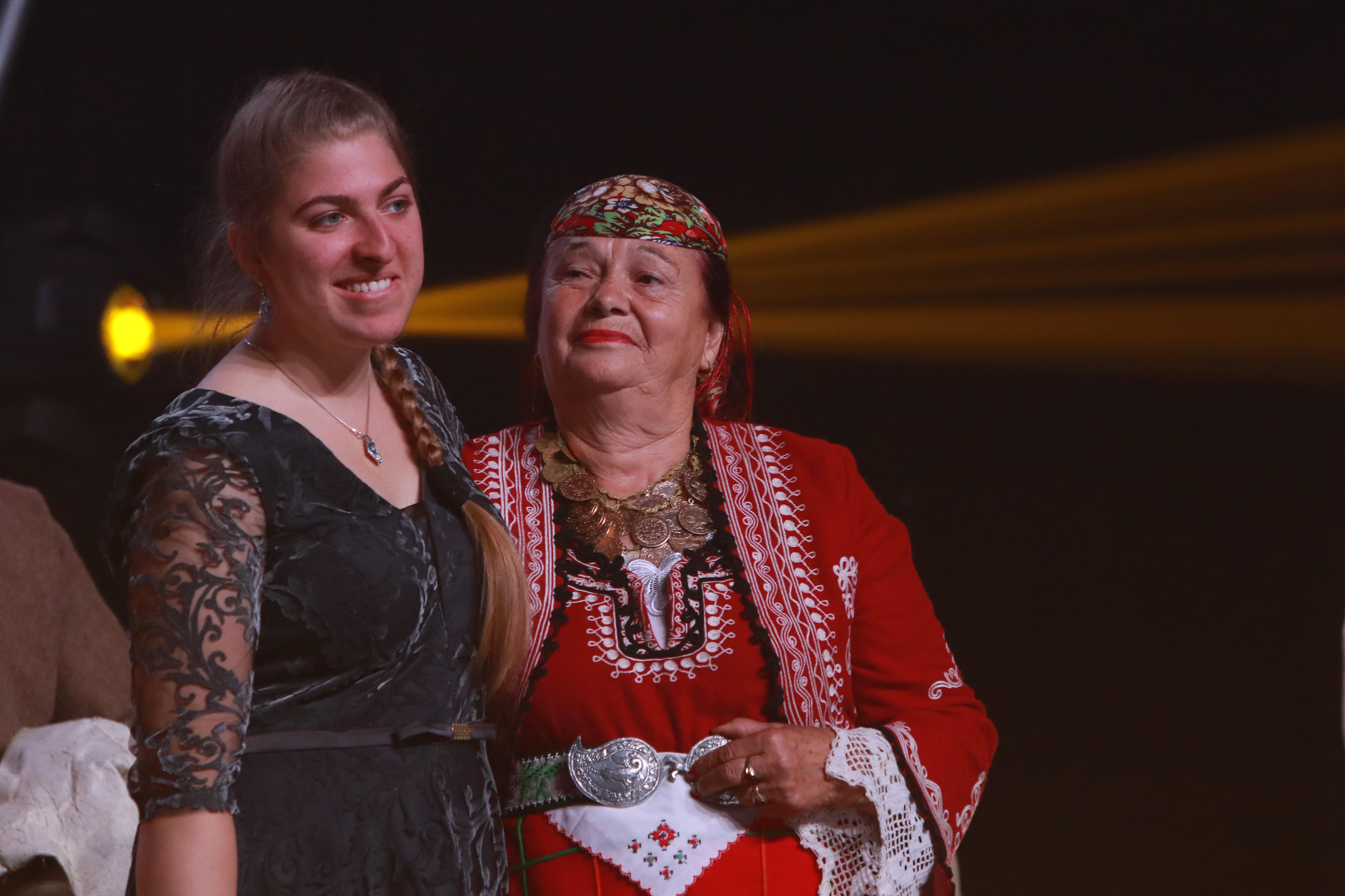 Валя Балканска и младата изпълнителка Моника вдигнаха на крака цялата публика.