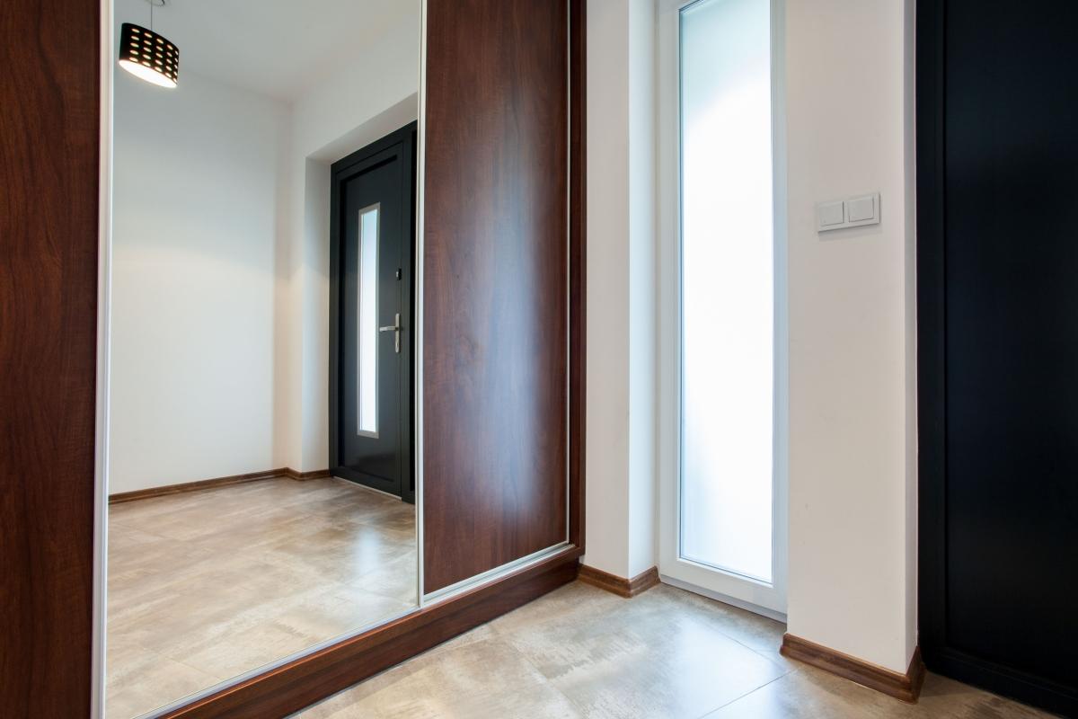 Големите огледала в коридора или спалнята.