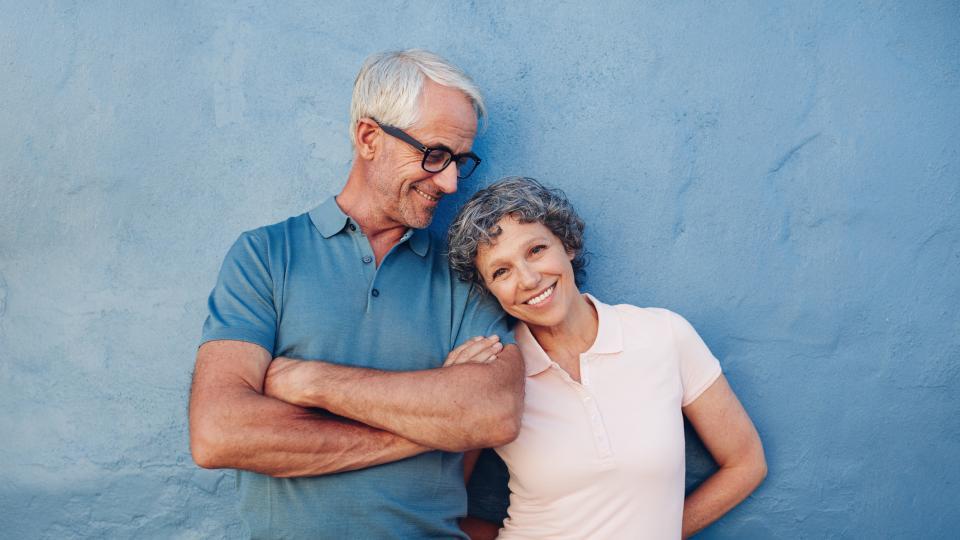 усмихната възрастна двойка