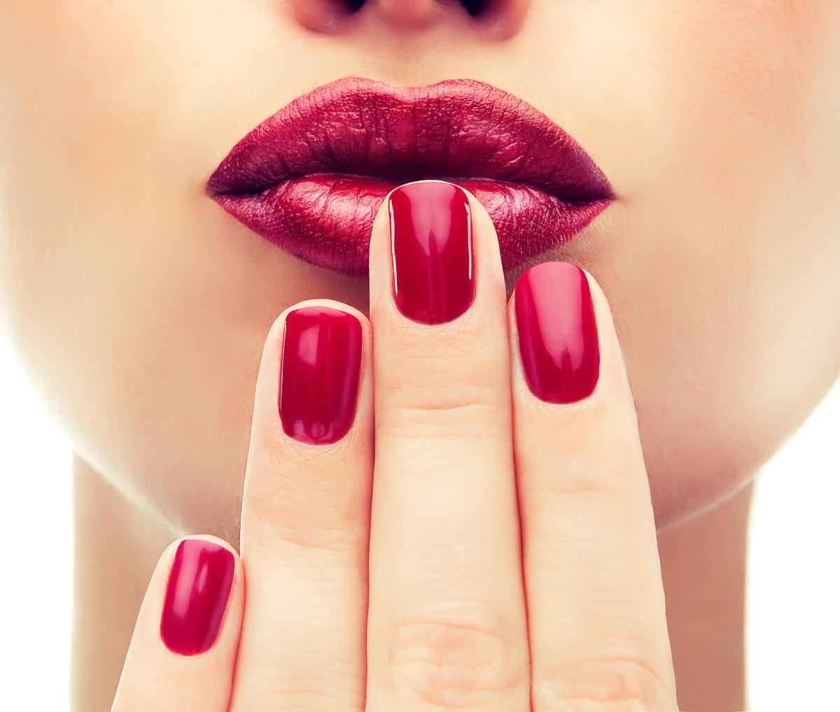 Лакът уврежда ноктите: мит. Ако маникюристът ви използва качествени материали и още повече: добра основа, това може да има положителен ефект и да ги заздрави.