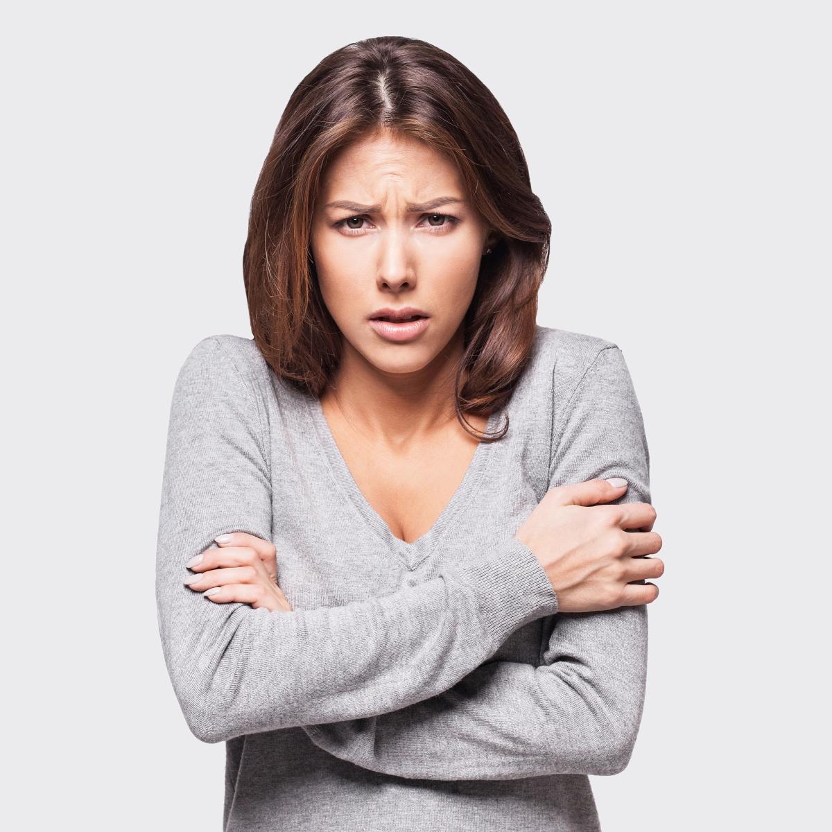 Втрисане. Това се случва когато ни е студено: така тялото се опитва да се стопли. Или когато сме силно стресирани и се подготвяме за ответен удар при атака.
