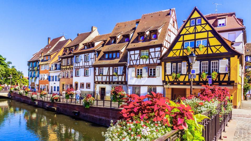 """Колмар. Столицата на френската провинция Елзас. Наричат го и """"малката Венеция на Франция"""". и най-елзаския град на Елзас. Намира се в Източна Франция, близо до границата с Германия.Колмар е вторият град в Елзас по-големина на културното наследство след Страсбург.  Архитектурата на града е почти приказна – сградите са много цветни, високи и тесни, наподобяват холандските. Неслучайно през 1931 г.Жорж Дюамел пише:Колмар е най-красивият град в света"""".  """"Малката Венеция"""" е квартал, прорязанот канали, свързани с река Ил. Тя, на свой ред, свързва Колмар и рекаРейн. Каналите тук не са толкова големи, но също имат своите предимства и плюсове. Някои от улиците са изцяло речни канали, подобно във Венеция. Може да се разходите из района с лодка и да се полюбувате на живописните къщички от двете страни на каналите. Мостовете им са толкова ниски, че когато лодките минават под тях, туристите трябва буквално да залягат."""