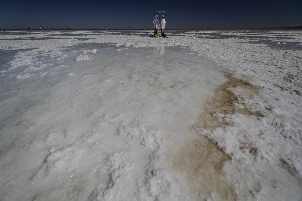 Солеността на езерото е подобна на тази на Мъртво море, около 30%. Естествената дълбочина на езерото Баскучак е от 10 до 30 сантиметра. В тази вода има около 300 грама сол на литър. В него няма живо същество - нито риба, нито ракообразни, нито дори водорасли. Само бактерии, които могат да оцелеят в такъв физиологичен разтвор.