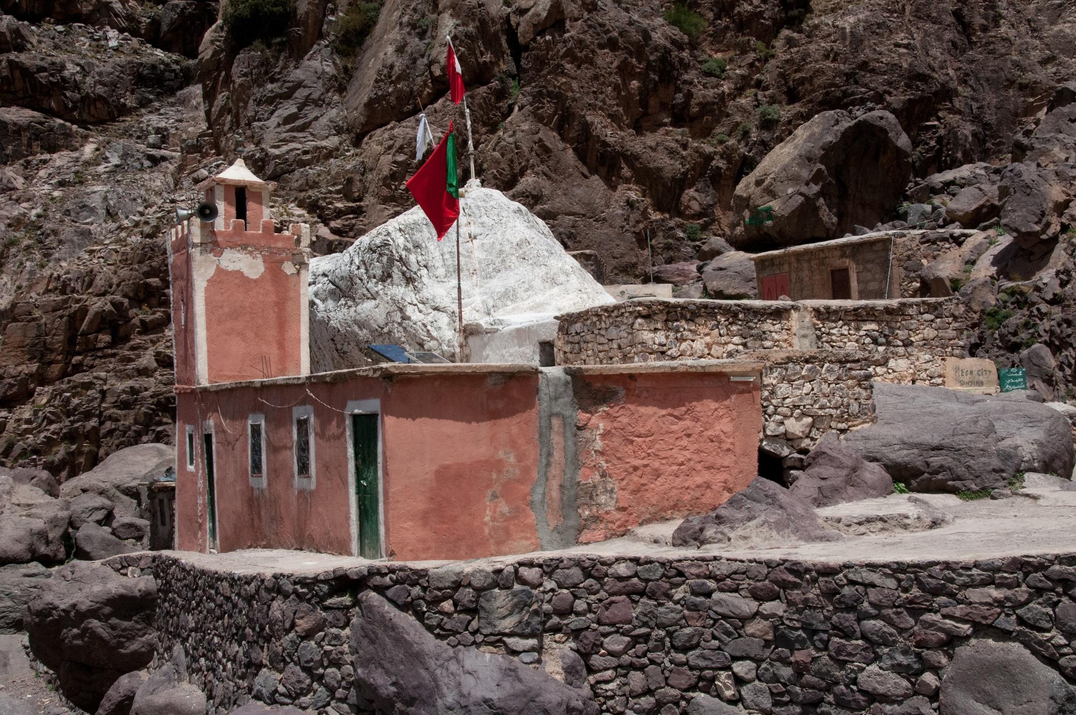 Сиди Чамхаруч, Мароко<br /> <br /> На половината път по пътеката от село Имлил до хижата на катерачите в подножието на планината Тубкал се намира Сиди Чамхаруч. Берберско селище кръстено на Султана на джиновете, в което невероятната бяла скала е светилище за поклонници от цяло Мароко, които търсят изцеление и предлагат дарове на Аллах. Селището се намира край редица водопади и предлага идеални места за отдих сред величествени планински гледки.