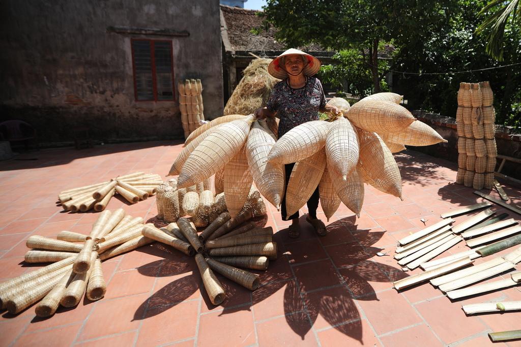 Отнема около 30 минути, за да се изработи традиционната виетнамска риболовна кошница, всяка от които струва около два щатски долара.
