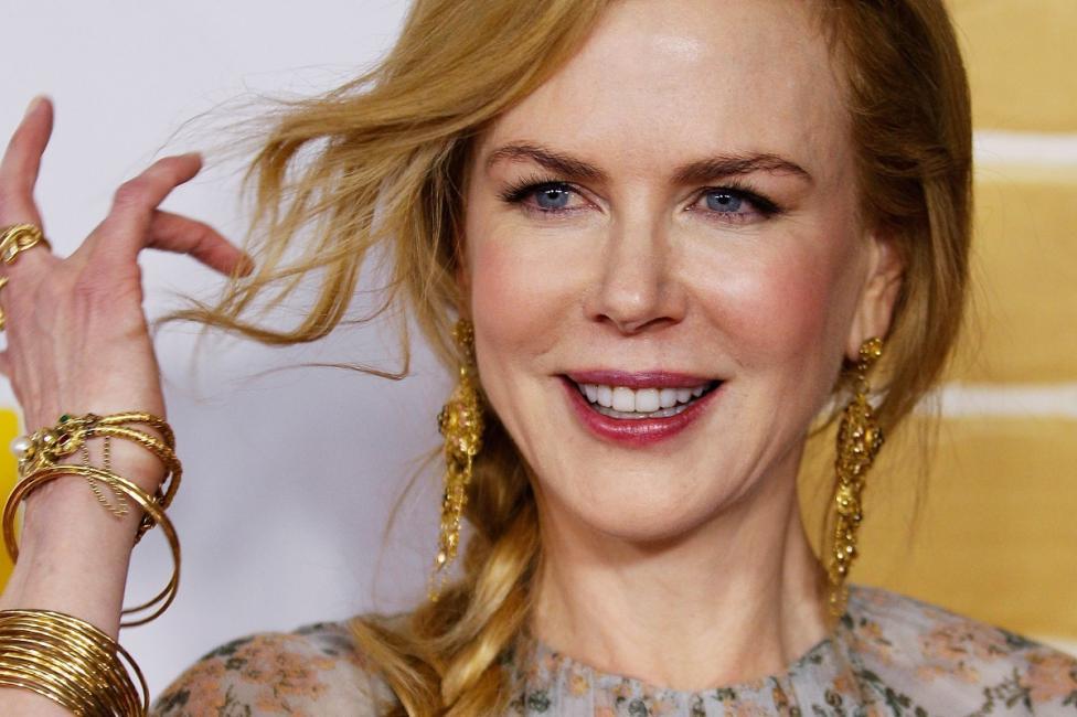 - Тайната за подмладяване на Никол Кидман се крие в цвета на косата ѝ. Актрисата споделя, че поддържа цвета на косата си, като я мие със сок от червена...