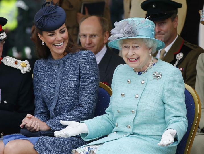 <p><strong>Кралица Елизабет II е канибал</strong></p>  <p>Опитвайки се да си обясни как младежката енергичност на кралицата, културологът и философ Хюбърт Хъмдингер стига до извода, че Елизабет II се храни с човешка плът и кръв.</p>
