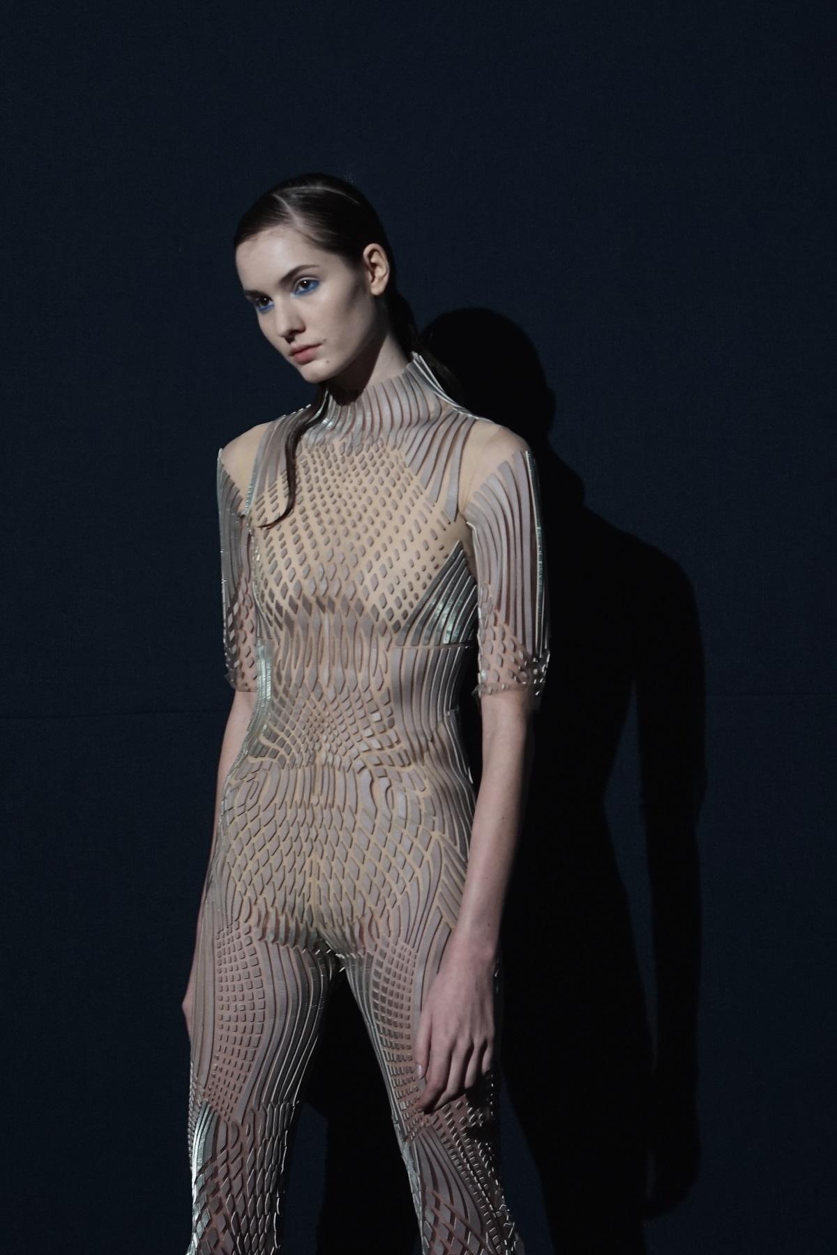 Моделите, представили колекцията на дизайнера Iris van Herpen, бяха с прибрани коси с акцент върху опашката, която падаше на раменете им.