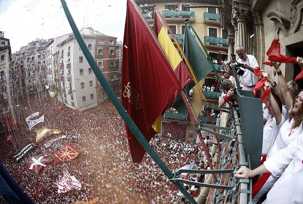 С традиционни фойерверки започна фестивалът Сан Фермин в Памплона, Испания. Ракета, известна като чупинасо, бе изстреляна от балкона на кметството в града под възторжените възгласи на събралите се на площада хиляди хора.