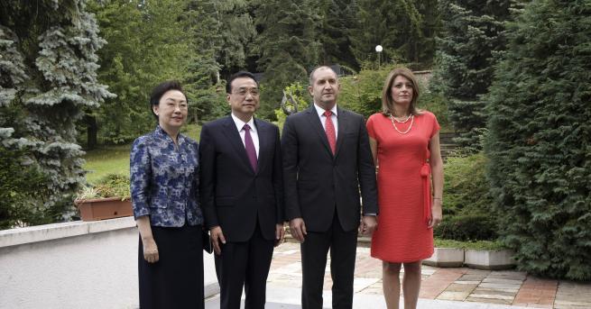 Президентът Румен Радев и жена му Десислава Радева посрещнаха министър-председателя