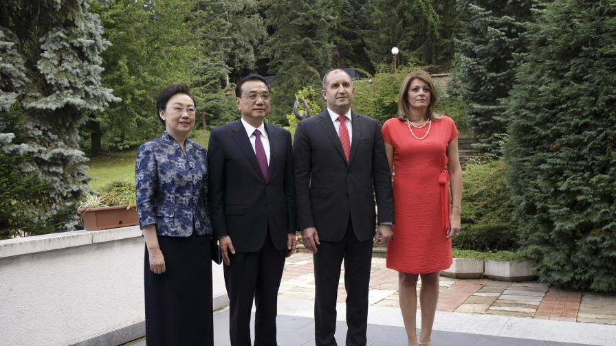 Първата дама в червено до жената на премиера на Китай