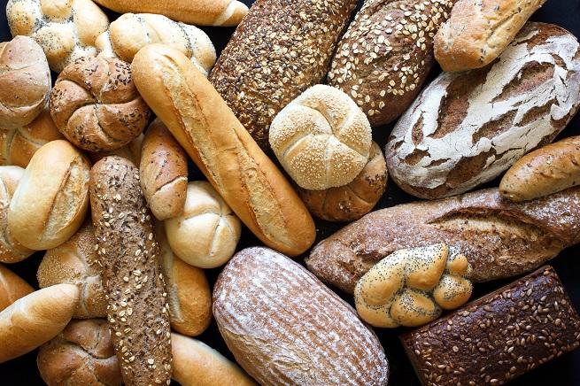 Бял хляб. Заложете на черен или пълнозърнест, както и хляб от лимец.