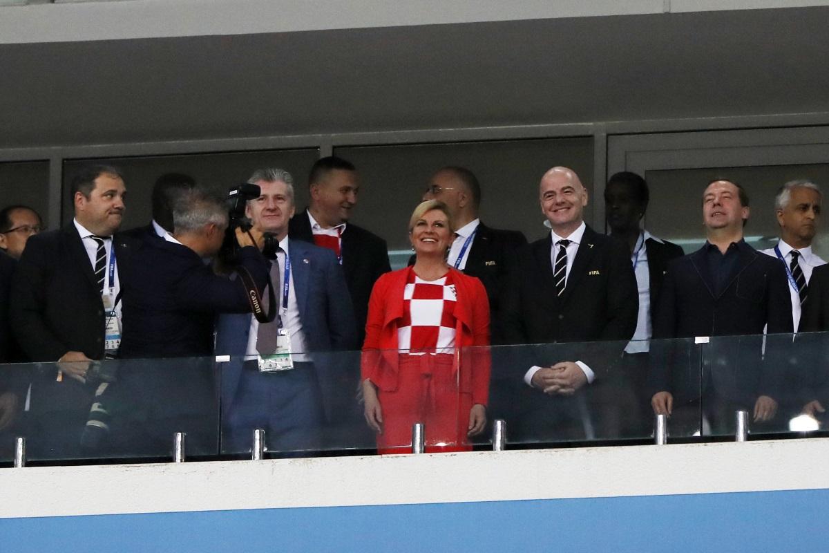 Освен с голямата подкрепа за хърватския отбор, която Колинда Грабар-Китарович показа, тя впечатли света и със скромността си. Президентът пътува до Русия в икономична класа, смеси се с футболните запалянковци и не отказа снимка с нито един фен.