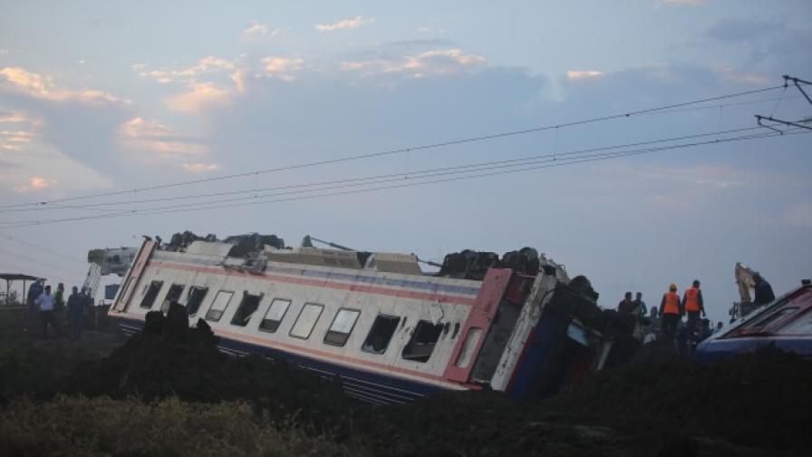 Тежка влакова катастрофа в Турция, има загинали