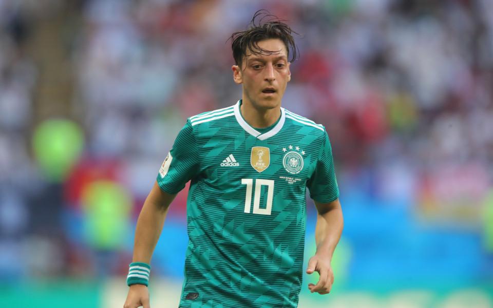 Германски фенове подкрепиха Йозил