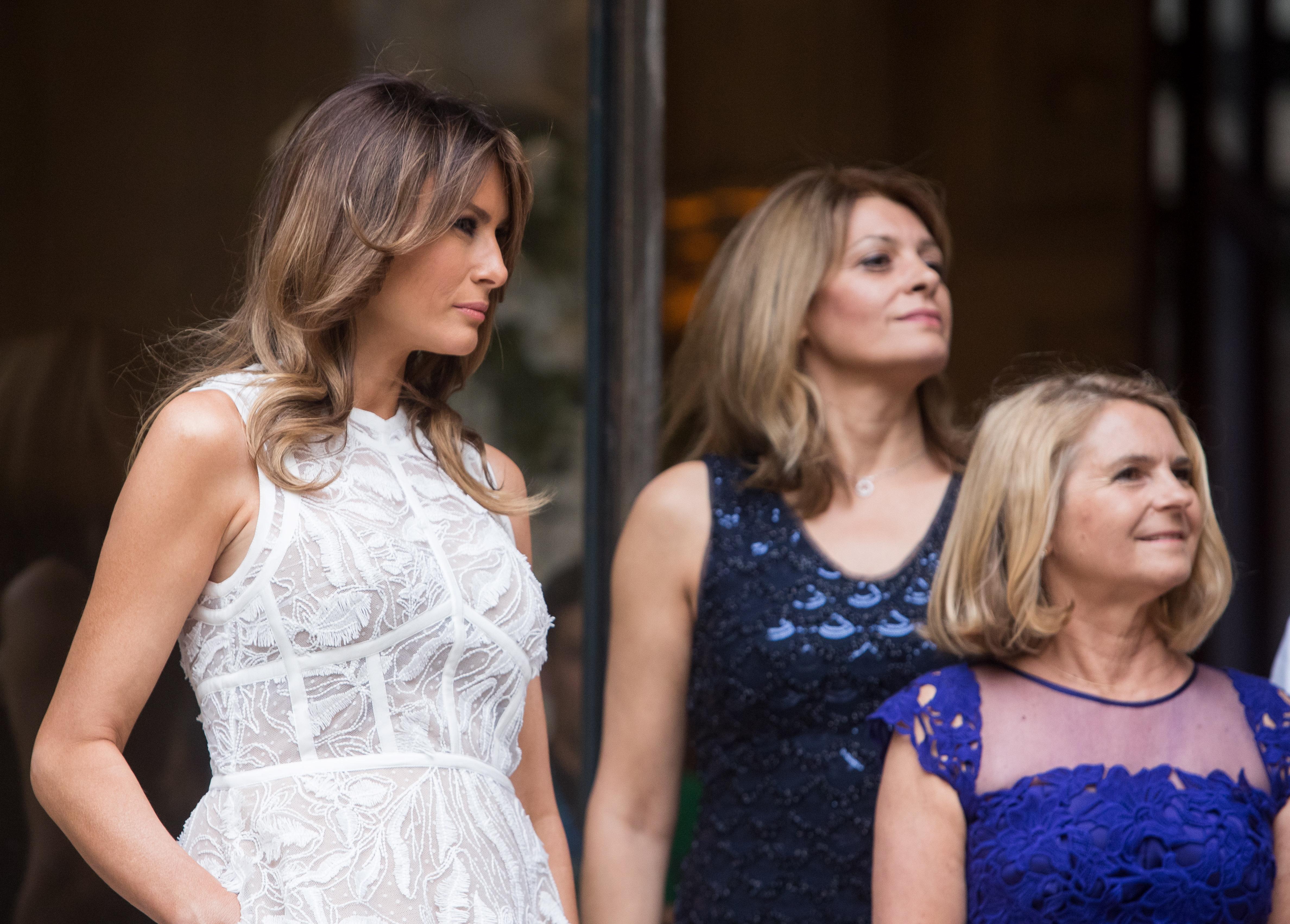 """Поставяйки настрана политическите различия, Мелания Тръмп, Брижит Макрон, Десислава Радева и други първи дами застанаха рамо до рамо на """"модния фронт"""" по време на срещата на високо равнище наНАТО в Брюксел, Белгия."""