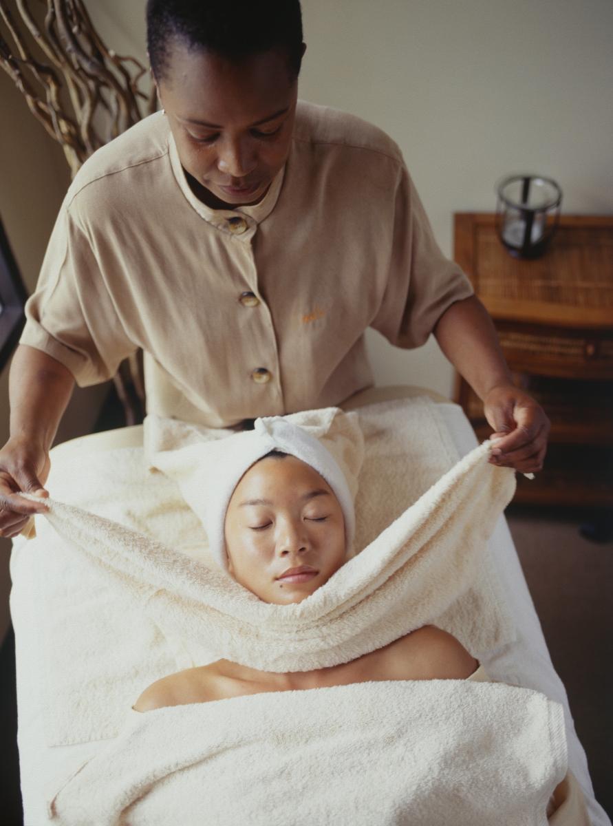 Контрастен масаж. Това е сравнително непозната, но доста приятна техника, на принципа на контрастния душ. Вземете мека хавлия за лице и я потопете в приятно студена вода, след което масажирайте с нея лицето си. Повторете процедурата, като потопите друга хавлия в приятно топла вода.